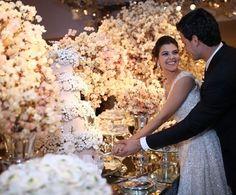 """Carol e César disseram o """"sim"""" em um lindo casamento em São José do Rio Preto! Além de cuidar da assessoria, @izaurbinati assinou também a DECORAÇÃO, que teve muitasárvores francesas e luzinhas!💕💕💕Todos os detalhes da festa estão no site: www.constancezahn.com💻{ Fotos: Fotom e Olhar de 3   Assessoria e decoração: @izaurbinati   Projeto floral: @andrepedrotti   Bolo e doces: @isabellasuplicyofficial   Vestido de noiva: Sandro Barros   Traje do noivo: @ricardoalmeidaoficial } #wedding…"""