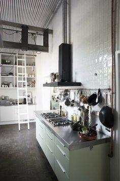 KARWEI   De wand in de keuken is van boven tot onder betegeld, wat een groots effect geeft  #binnenkijker  #ideevankarwei  #karwei