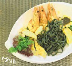 Món PASTA SEAFOOD WITH SPICY TOMATO SAUCE  Nguyên liệu: Mì spirulina linguine:80g Sauce cà chua:10ml Tôm:3 con Mực:20g Kem tươi:5ml Ớt bột:2g Bí ngòi:10g Tỏi:1 nhánh Muối.,tiêu  #nhkfoods #spirulina #pasta #dinhduong #suckhoe #recipe #monngon