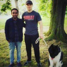 New Pic! Um fã sortudo ganhou uma foto muito especial ao lado de Henry e Kal no Hyde Park em Londres! #AlwaysHenryCavillBrasil (By Cali)