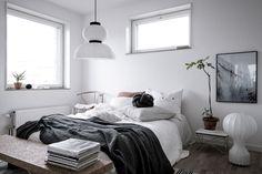 Det största sovrummet vetter i gavelläge och ger gott om plats för dubbelsäng. Sonya Hedenbratts Gata 1 - Bjurfors