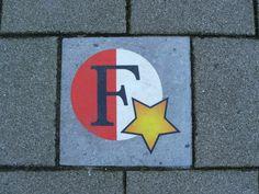 Op de hoek van de Damstraat en de Persoonshaven stond een cafe 'De Vereeniging', waar door vijf jongemannen een club werd opgericht onder de naam 'Wilhelmina', later: Feyenoord. Het pand waar het cafe gevestigd was is afgebroken en een nieuw gebouw neergezet. Op de plaats van het cafe is nu een kinderdagverblijf gevestigd. Aan de gevel hangt een bord ter herinnering aan de oprichting van de voetbalvereniging. Op de stoep voor het kinderdagverblijf is een stoeptegel vervangen door deze.