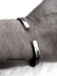 bracciale stile industriale,bracciale uomo,fatto a mano,urban style bracelet,handmade bracelets,man bracelets,hammered,oxidized di daedalusproject su Etsy