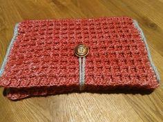 Gehaakt luieretui, rood met grijs garen en houten knoop. Te bestellen via suzancreatief@hotmail.nl