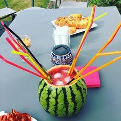 Cocktail dans une pastèque creusée ! Watermelon, Cocktail, Fruit, Tableware, Food, Dinnerware, Meal, Dishes, Essen