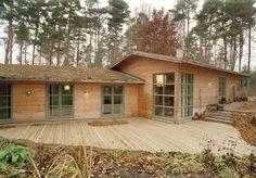 Genom att följa terrängen och med väl valda fasadmaterialet i norrländsk kärnfuru och mjukt gröna fönsterbågar samt sedumtak smälter huset väl in i den kuperade skogstomten. Nivåskillnaderna på tomten har inspirerat till en öppen planlösning i två etager och det asymmetriska öppna sadeltaket på umgängesdelen ger takhöjd och rymd på rätt ställe. Huset är lätt…