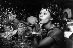 """Índios e Cowboys: O Baile de Carnaval do Copacabana Palace E é este que lembramos aqui com estas imagens e com o excerto do filme """"Copacabana Palace"""" de 1962 e do seu Baile de Carnaval."""