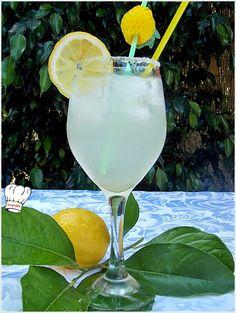ΣΠΙΤΙΚΗ ΛΕΜΟΝΑΔΑ!!! - Νόστιμες συνταγές της Γωγώς! Hurricane Glass, Sweet Recipes, Glass Of Milk, Alcoholic Drinks, Juice, Food And Drink, Tableware, Accessories, Fashion