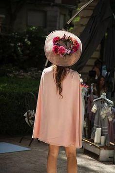 By Biombo   La importancia de la chaqueta Wedding Guest Style, Wedding Styles, Wedding Hats For Guests, Red Ball Gowns, Wedding Beauty, Wedding Season, Dress To Impress, Dress Up, Vintage Fashion