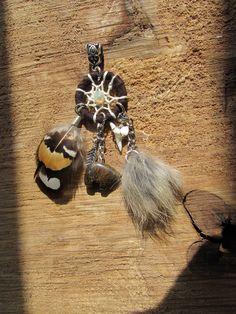 Pendentif attrape rêves, amulette, animaux totem, dent de requin, ours, fourrure lapin, plumes, opale : Pendentif par les-plumes-d-amazone