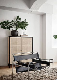 Living room with black accents Minimalist Living Room Accents BLACK Living Room Design Salon, Salon Interior Design, Home Interior, Interior Design Inspiration, Home Design Decor, Home Decor, Design Ideas, Design Living Room, Living Room Accents
