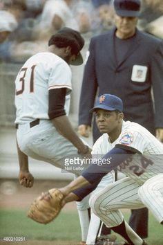 Willie Mays playing first base for the Mets Mets Baseball, Baseball Art, Baseball Players, Ny Mets, New York Mets, Lets Go Mets, Baseball Photography, Willie Mays, Sports Pictures