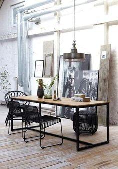 Pour relooker la salle à manger, adoptez le style new-yorkais. Le look industriel est au rendez-vous dans cet appartement. Le petit plus : les affiches posées directement sur le sol.