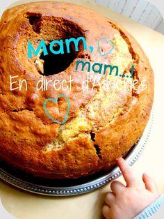 Le cake pour les Grecs n'a rien à voir avec le gâteau anglais aux fruits confits, mais c'est un bon gros gâteau bien gonflé, à la texture bien dense, que les mamans font pour combler la petite famille, pourquoi pas aidées des enfants. En ce jour de fête... Fruit Confit, Un Cake, C'est Bon, Tea Time, Muffins, Sweets, Bread, Texture, Breakfast