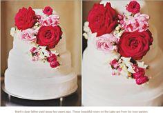 Bruidstaart met speciale bloemen geplukt in vaders tuin.