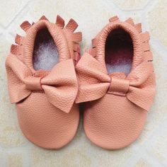 "Genuine leather baby moccasins Bow detail on top, fringe on sides Leather outer and upper Size Guide: Approximate Length - 3.5 = 4.33"" - 4.5 = 4.5"" - 5.5 = 4.9"" - 6.5 = 5.3"" - 7.5 = 5.7"""