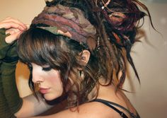 Love the bangs in the front and side, mixed with the dreads. The dreads themselves are a little too thick. Dread Hairstyles, Pretty Hairstyles, Braided Hairstyles, Hairdos, White Girl Dreads, Dreads Girl, Partial Dreads, Faux Dreads, Beauty
