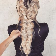 #Braidenvy alert 🙌🏽😍. This chunky fishtail by @taylor_lamb_hair is amazing! 🐠🐟 Foster healthy growth + strength for your stressed out tresses if your #hairgoals look a little like this, here 👉🏽: www.hellohair.com.au. #hairgamestrong #braidgoals #longhairgoals #hairgoals #maneenvy #haircrush