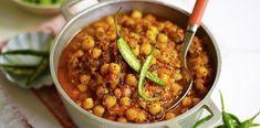 Il termine curry non identifica solo la misceladi spezie in polvere ma, in alcuni paesi occidentali, anche una varietà di pietanze speziate.I ceci sono particolarmente adatti a questo genere di preparazione, e possono essere accompagnati con del pane indiano, del riso o del cous cous, per realizzare un piatto energetico e proteico. Per preparare un piatto di curry di ceci per 4 persone occorrono: - 400g di ceci - 200g di pomodori pelati - 2 cipolle bianche - 2 spicchi d'aglio - un cucch...