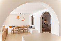 """Casa Santa Teresa, realizzata dall'architetta Amelia Tavella, è il risultato di un'importante ristrutturazione di una residenza anni '50 affacciata sul golfo di Ajaccio. A causa del suo stato rovinoso, la casa ha dovuto essere ampiamente ricostruita, con numerose pareti interne demolite per creare spazi più ariosi e fluidi. Tuttavia, per Tavella era importante mantenere il suo spirito e la sua anima. """"Credo nella memoria dei muri, nel modo in cui lascia il segno su uno spazio"""", afferma. Interior Shutters, Interior And Exterior, Plans Architecture, Architecture Design, Turbulence Deco, Storey Homes, Belle Villa, Interiores Design, Amelia"""