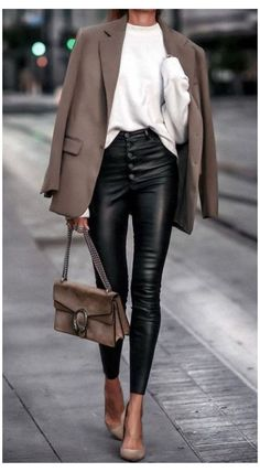 Leather Trousers Outfit, Black Leather Pants, Leather Blazer, Leather Outfits, Winter Fashion Outfits, Look Fashion, Mode Outfits, Stylish Outfits, Lederhosen Outfit