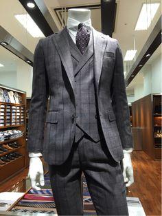 photoView イタリアンクラシコのテイストとピッティウォモのファッショントレンドをいち早く取り入れたスーツです。 今年のクラシコテーパードにはなんとニュージーランドウールをミックスしており、染色が良く、また、ハリと艶が綺麗です。 柄はマットウィンドペーン。生地に溶け込むようなマットな柄使いが今年のトレンドです。 スーツ SLGP1703-31. ¥28,000+TAX Wジレ VSGP1703-31. ¥9,800+TAX シャツ EASK20-02. ¥3,800+TAX タイ S16AM-W-3. ¥3,800+TAX