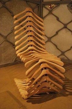 Uma cadeira excêntrica, feita com vários cabides de madeira, um tanto elaborado e moderno, não?  Style My Life