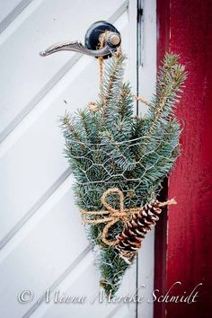 Easy to Make Outdoor Christmas Decorations on a Budget Natural Christmas, Noel Christmas, Country Christmas, Winter Christmas, Christmas Wreaths, Christmas Ornaments, Simple Christmas, Advent Wreaths, Christmas 2017