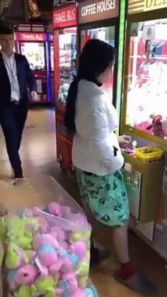 Cheating the claw machine Claw Machine Hacks, Funny As Hell, Funny Shit, Funny Stuff, 9gag Funny, Funny Gifs, The Claw, Best Funny Pictures, Funny Fail Pics