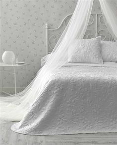 #colcha #quilt #bouti #total #white #cortinasymas Bed, Furniture, Valencia, Home Decor, Rugs, Bedding, Shop Displays, Beds, Yurts