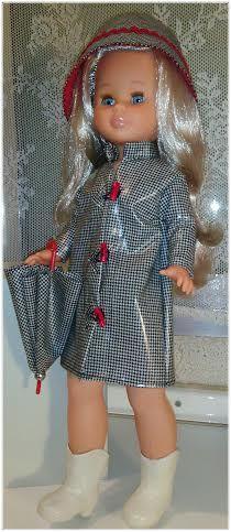 Muñeca Nancy chubasquero pata de gallo y toques en rojo