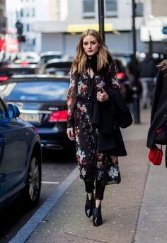 Olivia Palermo wearing a dress with floral print outside Erdem on day 4 of the London Fashion Week February 2017 collections on February 20 2017 in. Olivia Palermo Outfit, Estilo Olivia Palermo, Olivia Palermo Lookbook, Olivia Palermo Style, Retro Fashion, Boho Fashion, London Fashion, Estilo Cool, Moda Boho
