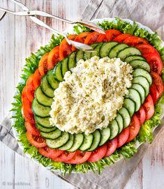 Tämä on paras fetasalaatti, jonka tiedän! Se on juhlava ja raikas kahvipöydän väripilkku, jolla täydennät esimerkiksi suolaisia piirakoita. Salaattiainesten kokoaminen osioittain edesauttaa säilymistä, joten voit kasata salaatin hyvissä ajoin. Avocado Toast, Cobb Salad, Food And Drink, Breakfast, Recipes, Food Ideas, Pizza, Salads, Recipies
