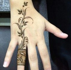 Natural flower Swirl Finger Mehndi