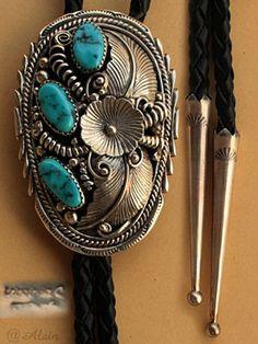 Bolo tie amérindien en argent avec 3 turquoises, symboles indiens fleurs cactus, plume d'aigle, rayons soleil