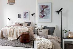 6 dormitorios que te van a enamorar  Este cuarto se focalizó en la cama a través de las mantas y almohadones que le dan volumen. Las lámparas de pie laterales y la alfombra enmarcan el sector y lo destacan aún más. Foto:Decouvrirlendroitdudecor