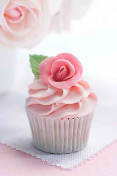 Simple & pretty rose cupcake rose with leaf on swirled frosting. Cupcakes Rosa, Flowers Cupcakes, Cupcakes Flores, Pretty Cupcakes, Beautiful Cupcakes, Pink Cupcakes, Yummy Cupcakes, Wedding Cupcakes, Valentine Cupcakes