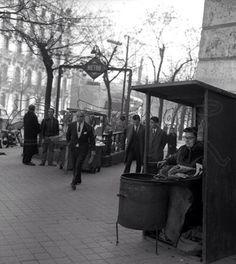 """""""Castañera"""" vendiendo su mercancía a la salida del Metro. 1960."""