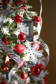 How to decorate your tree like pro! Via - The Yellow Cape Cod: Holiday