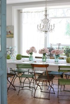 5 Seductive Cool Tips: Shabby Chic Dining Old Windows shabby chic living room gold.Shabby Chic Curtains Old Doors shabby chic crafts. Comedor Shabby Chic, Baños Shabby Chic, Shabby Chic Dining, Shabby Chic Interiors, Interiores Shabby Chic, Le Logis, Swedish Decor, Bistro Chairs, Cafe Chairs