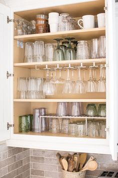 How to organize your glass cabinet once and for all - ORGANIZING + cleanin . - How to organize your glass cabinet once and for all – ORGANIZING + cleaning - Kitchen Organization Pantry, Home Organisation, Diy Kitchen Storage, Organizing Kitchen Counters, Kitchen Countertops, House Organization Ideas, Home Storage Ideas, Apartment Kitchen Storage Ideas, Larder Storage