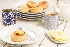 Recept - Crumpets. En korsning mellan pannkakor och bröd. Ingen smalmat, utan serveras ofta med en klick smör som får smälta ner i hålen på brödpankisen. #crumpets