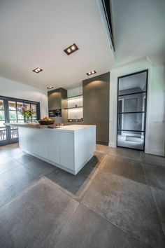 Landelijk woonhuis - Hoog ■ Exclusieve woon- en tuin inspiratie. House Design, Diy Kitchen Remodel, Kitchen Design Trends, House Flooring, Kitchen Remodel, Kitchen Decor Modern, Modern Kitchen Design, Home Interior Design, Modern Kitchen Remodel