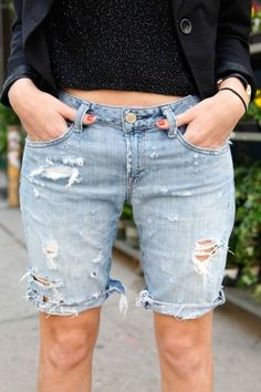Ripped jeans add a casual yet fashionable effect to virtually anything they are worn with. Find out how to DIY ripped jeans to create a unique style. How To Make Ripped Jeans, Diy Ripped Jeans, Diy Jeans, Denim Pants, Diy Distressed Jeans, Diy Shorts, Diy Fashion, Fashion Trends, Trending Fashion