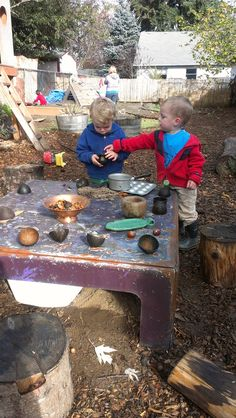 I Love this so much; a great place with much space for kids to pretend play with nature items and more.....like this Mudpie kitchen. This gives me a lot of inspiration! :-D