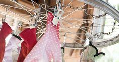 Polkupyörän vanteista saat puutarhaan yrttien ja hanskojen kuivaustelineen, kattokruunun ja pihavaloilla höystetyn koristeen. Katso ohje Viherpihasta ja kokeile!