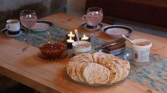 Kari sine natronkaker Rykande ferske natronkaker med brunost og smør, er nydeleg kaffimat. Skikkeleg tradisjonsbakst laga på takke. Du kan fint lage dei heilt utan sukker.