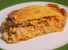 Torta de Frango com Requeijão Cremoso 350g de farinha de trigo; 200g de margarina; 1 ovo inteiro; Sal a gosto. RECHEIO  3 colheres (sopa) de azeite; 1 cebola; 2 tomates; 1 peito de frango; Salsinha e cebolinha; 200g de requeijão cremoso; 1/2 xícara (chá) de azeitonas; 1 lata de milho verde; 1 colher (sopa) de farinha de trigo; Sal a gosto; 1 gema para pincelar. Modo de Preparo