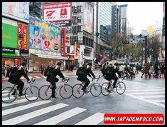 9. Usar bicicleta como meio de transporte Está aí uma coisa que admiro muito na sociedade japonesa. Eles usam bicicleta pra tudo, pra ir ao mercado, levar os filhos para a escola ou ir ao trabalho. Além de ajudar a reduzir o tráfego de carros nas ruas, também é um transporte ecologicamente correto, além de ser um hábito que ajuda a combater o sedentarismo.