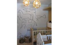 Para transformar una pared sin pintarla se puede apelar a los detalles. Sobre el muro, se colocaron figuras de animales de diseños muy simples pero llamativos.